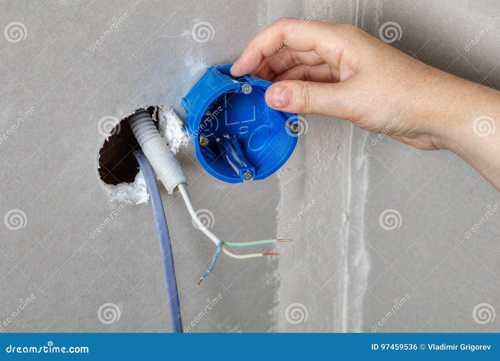 安装电子箱子在墙壁孔,手特写镜头
