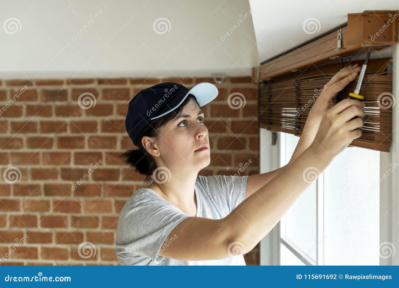 安装窗帘的白人妇女