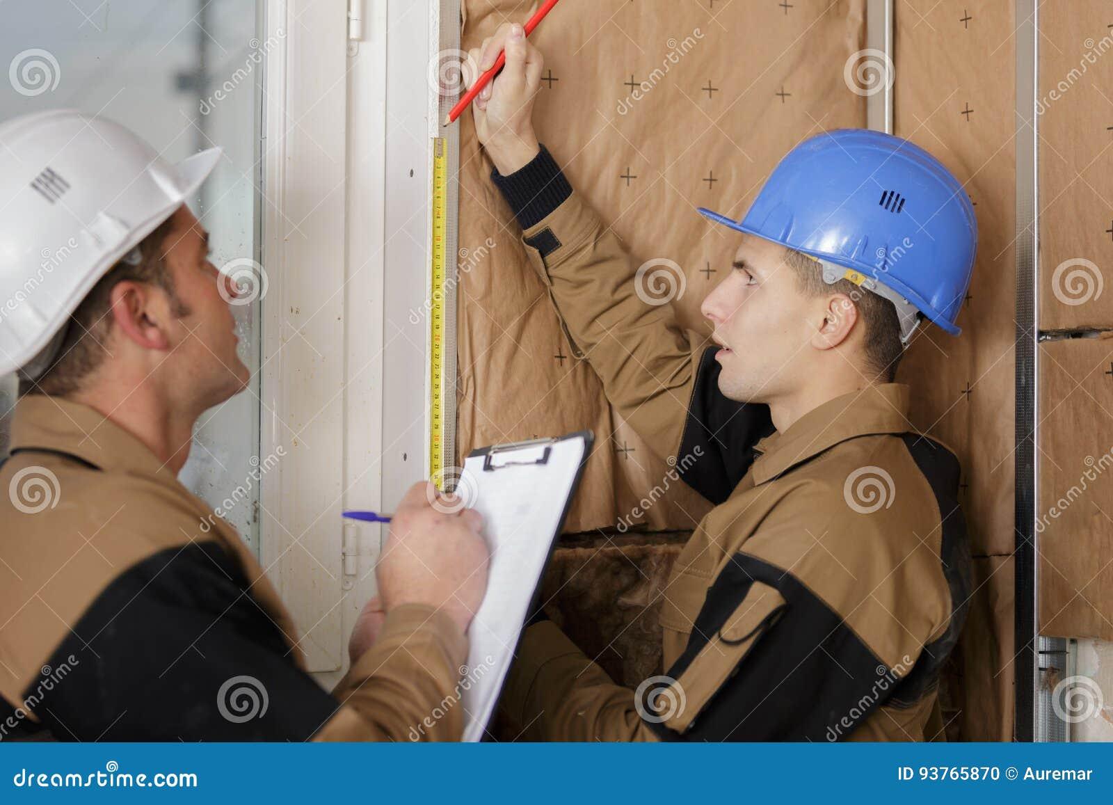 安装绝热的工作者在大厦