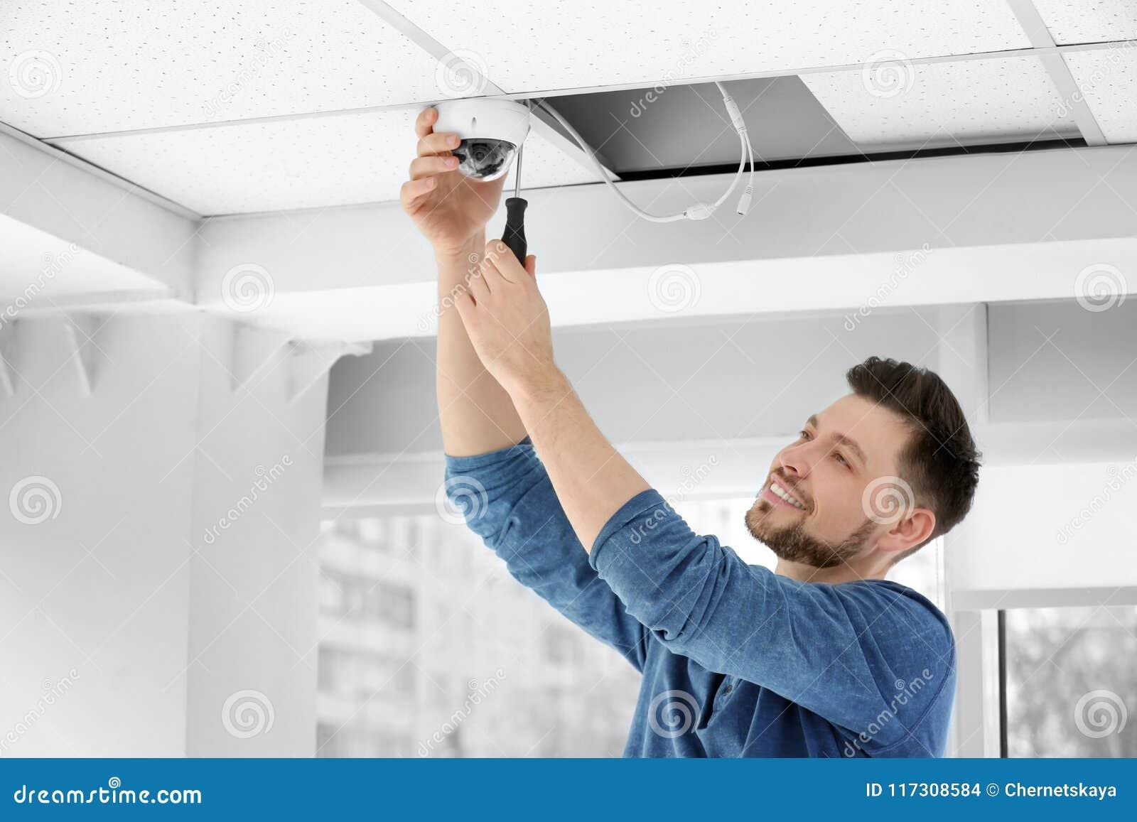 安装CCTV照相机的技术员