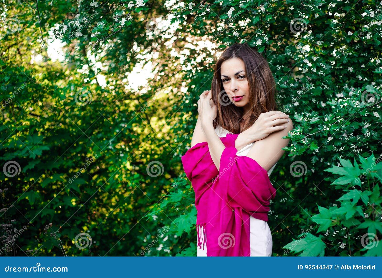 完全宁静和镇定的女孩在自然的一身美丽和庄重装束在春天在公园
