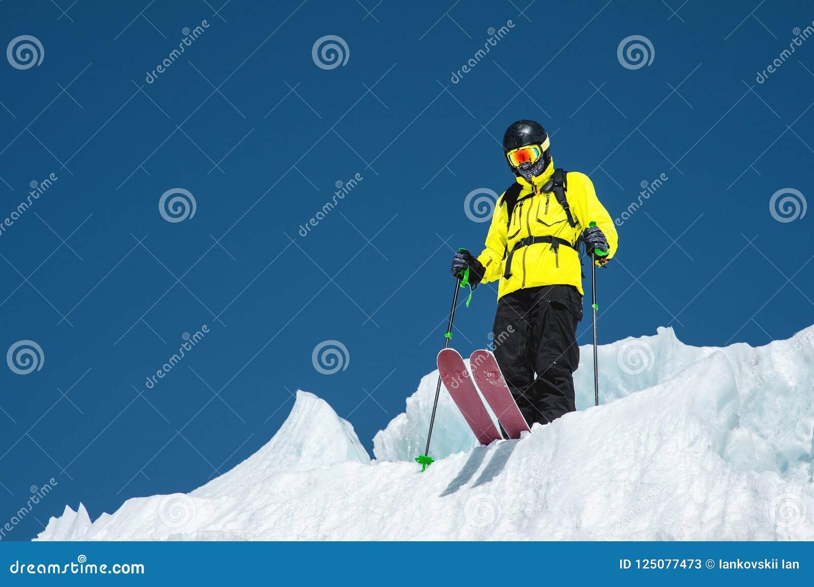 完全成套装备的一个讨便宜者的滑雪者在冰川站立在北高加索 准备在跳跃的滑雪者从前