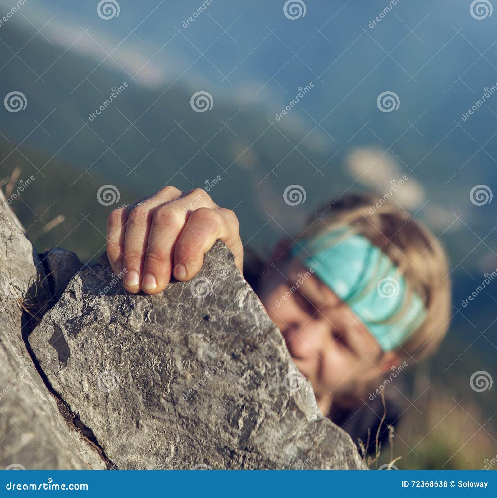 完成他的极端山攀登的年轻人