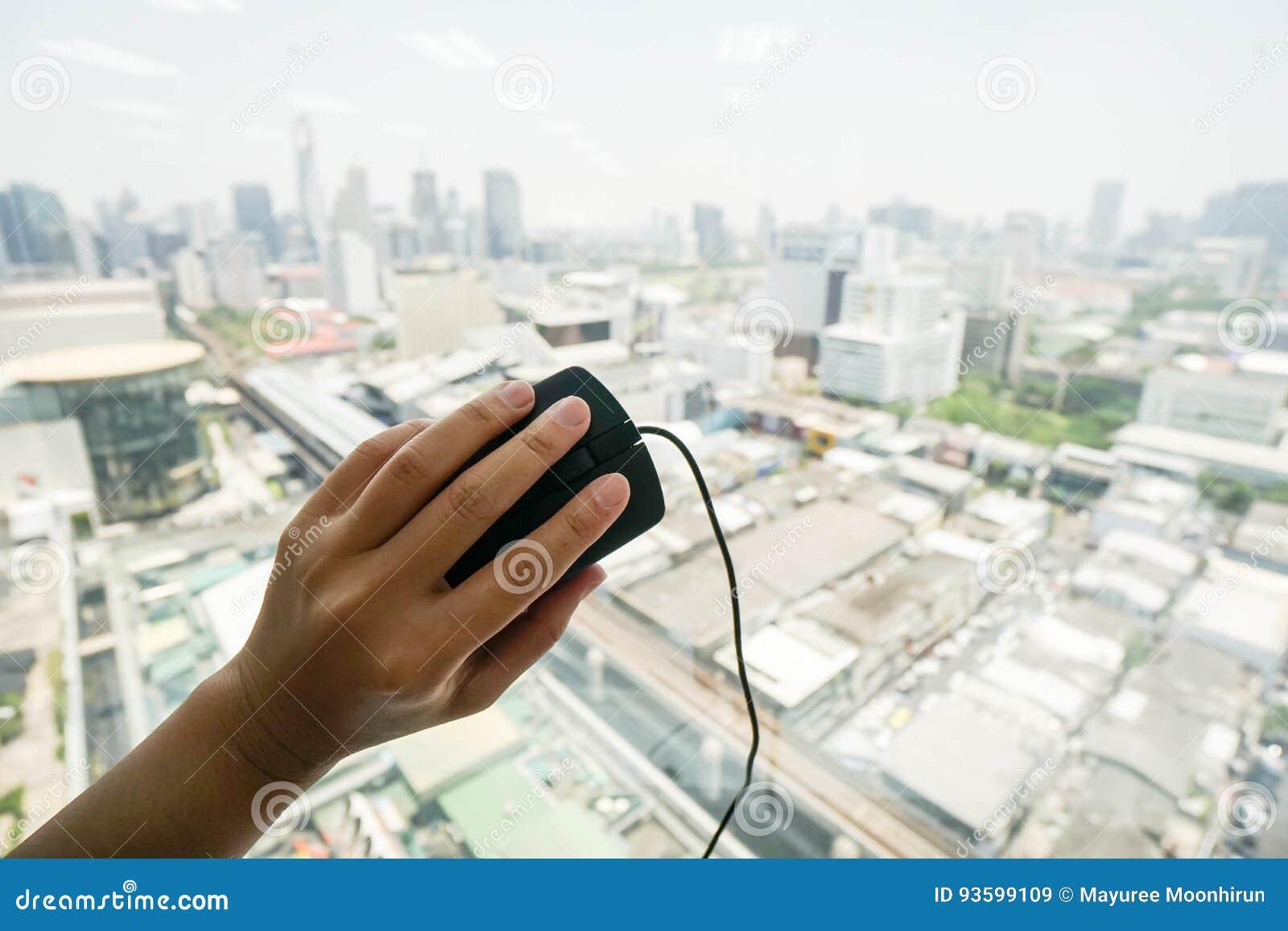 官员举行与左手的计算机老鼠
