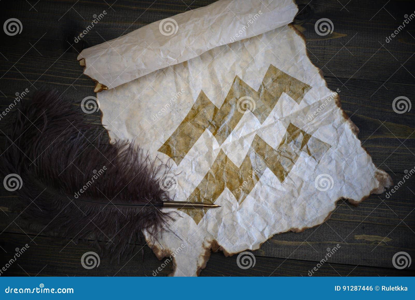 宝瓶星座黄道十二宫在葡萄酒纸的与在木书桌上的老笔