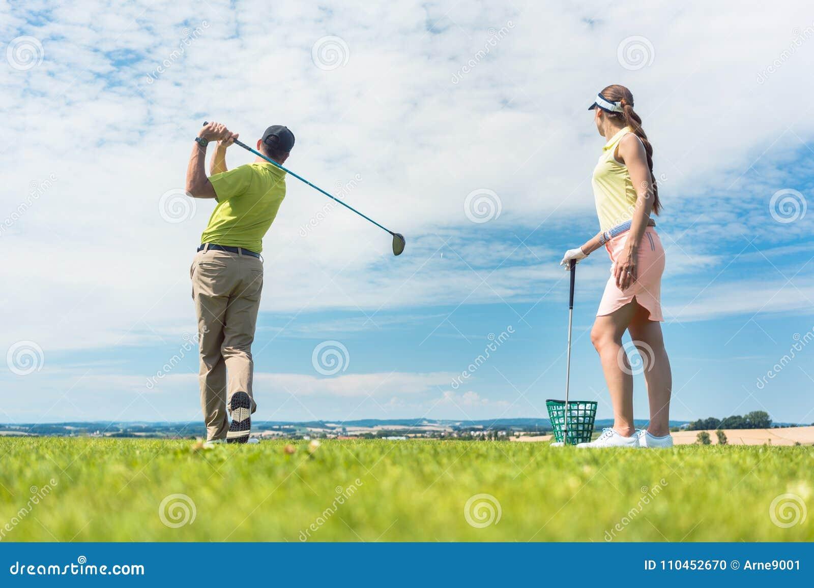 实践正确移动的少妇在高尔夫球类期间