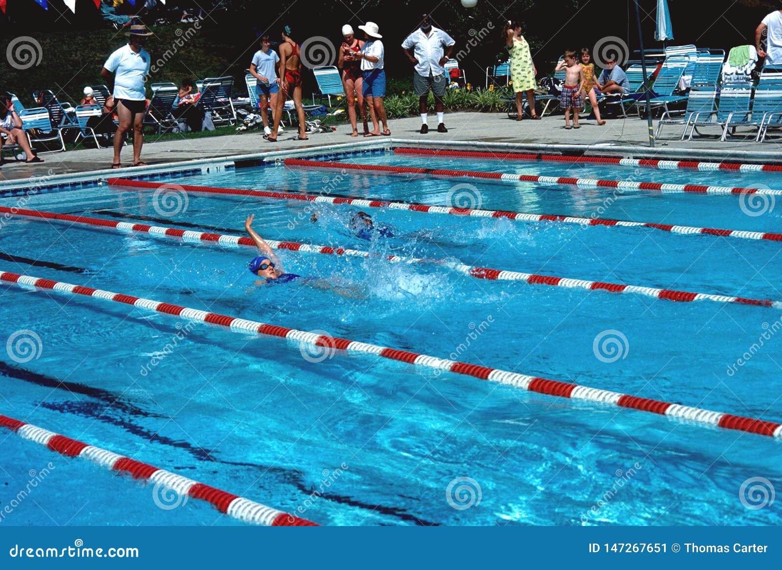 实践游泳游泳比赛的青少年