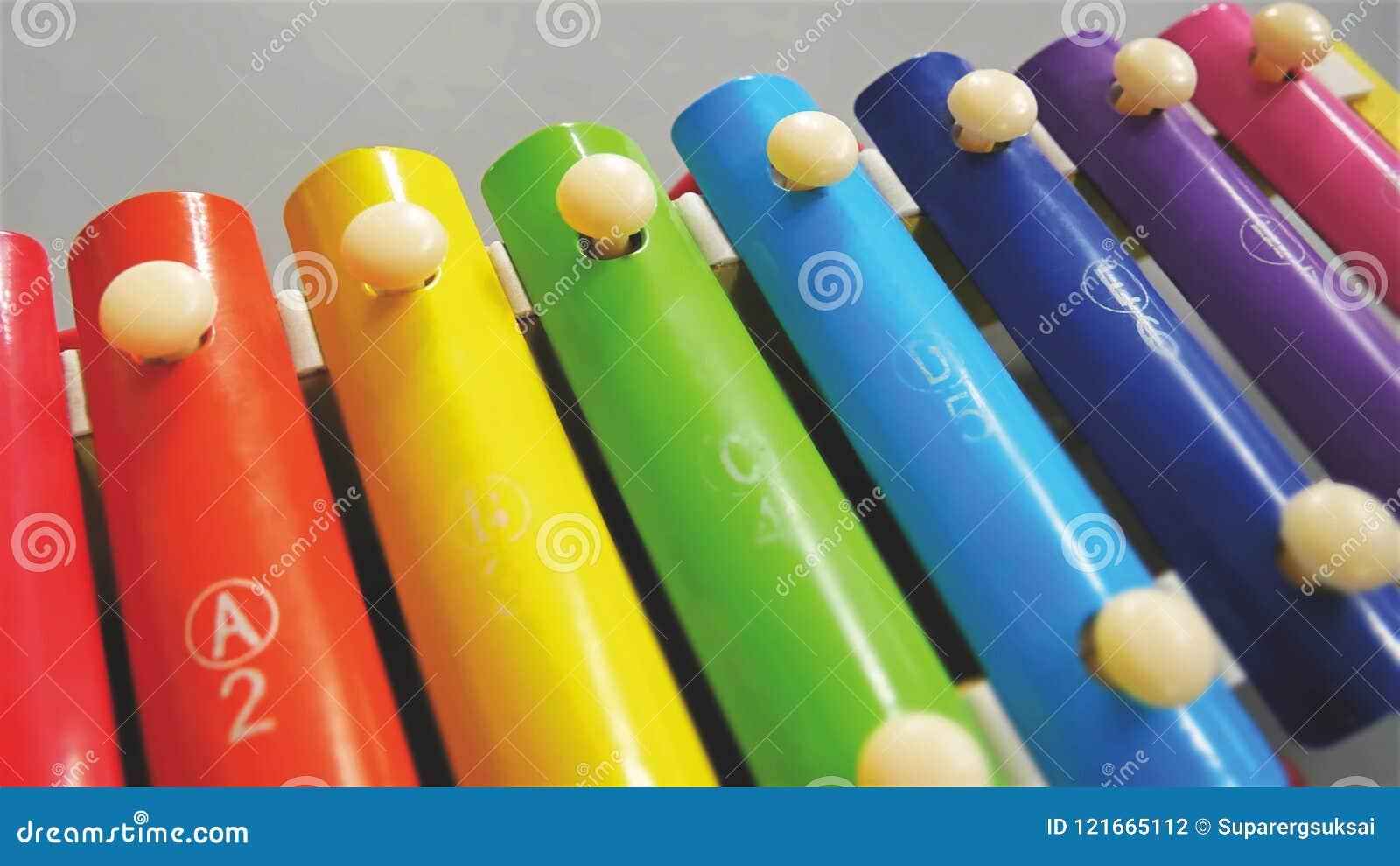 实践音乐的孩子的特写镜头五颜六色的木琴