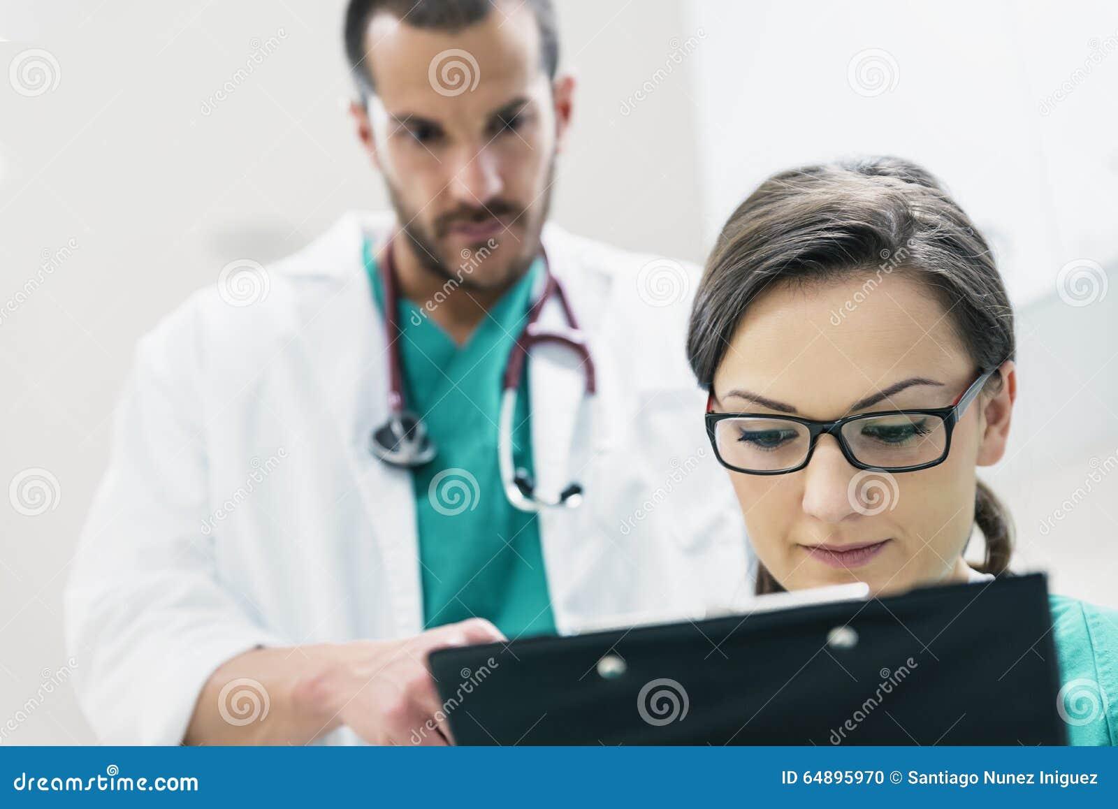 审查一个医疗报告的医疗队工作者