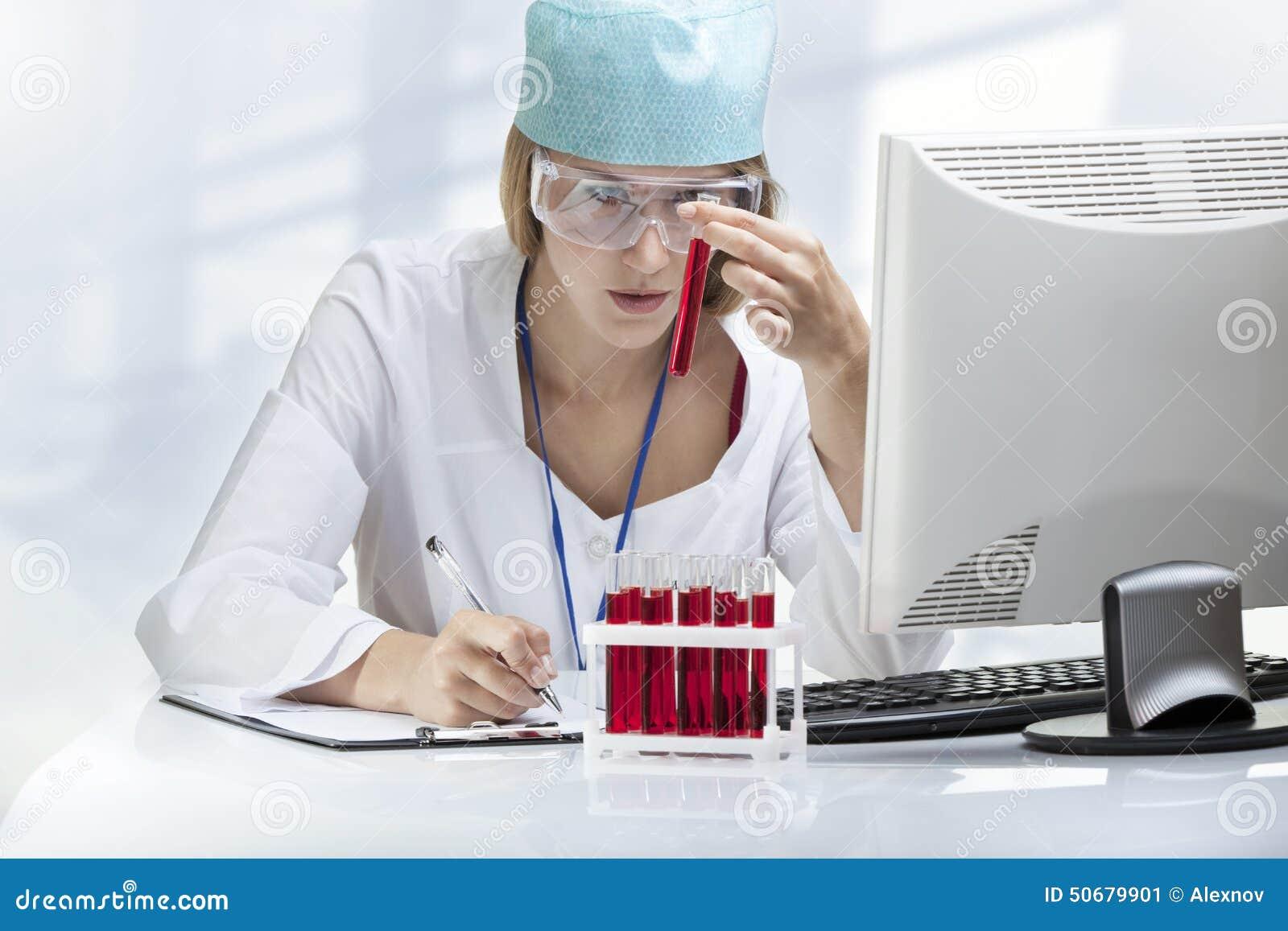 Download 审查试管的少妇科学家 库存图片. 图片 包括有 科学, 计算机, 水平, 设备, 颜色, 外套, 女性, 化学家 - 50679901