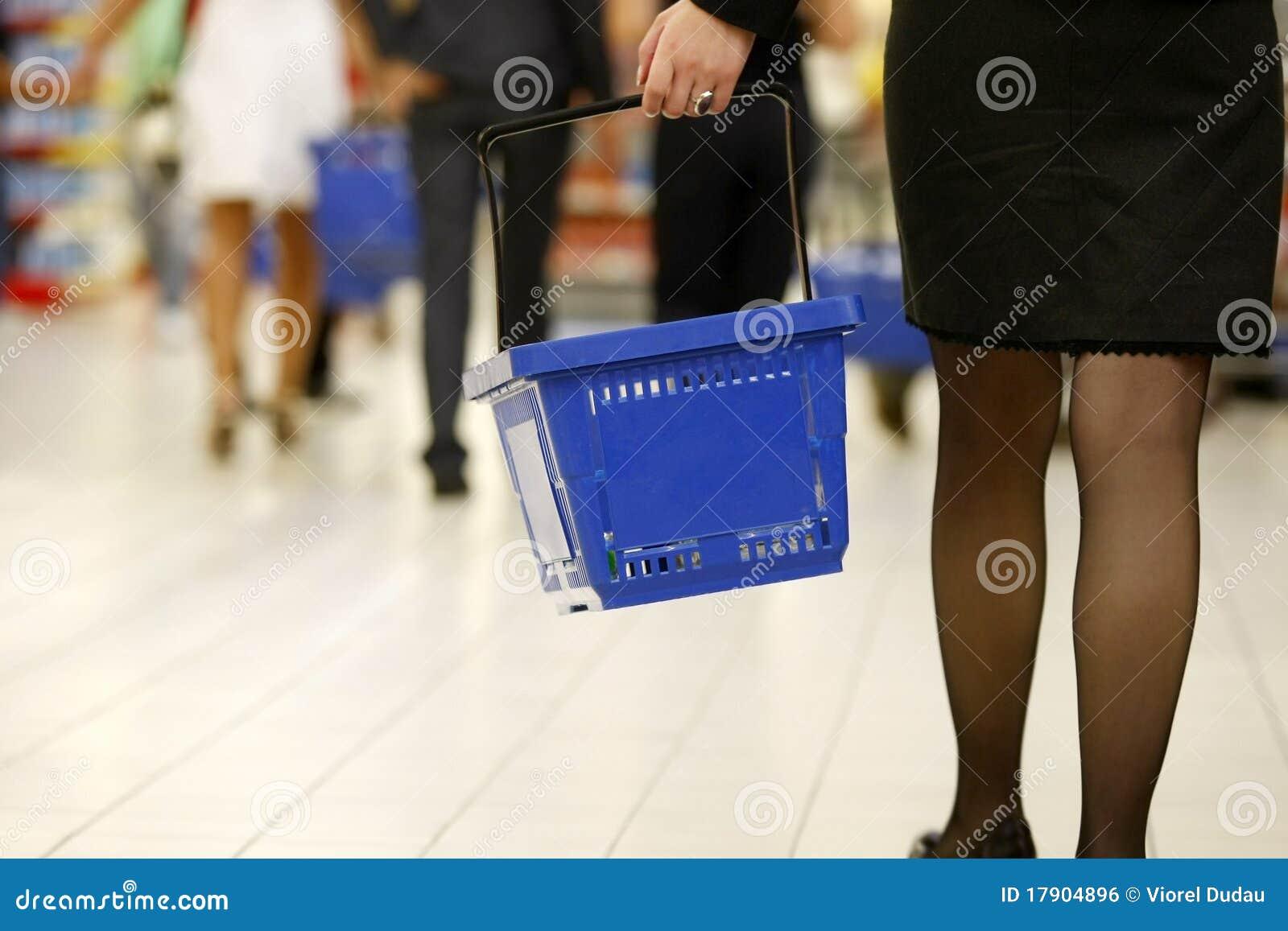 客户购物的超级市场
