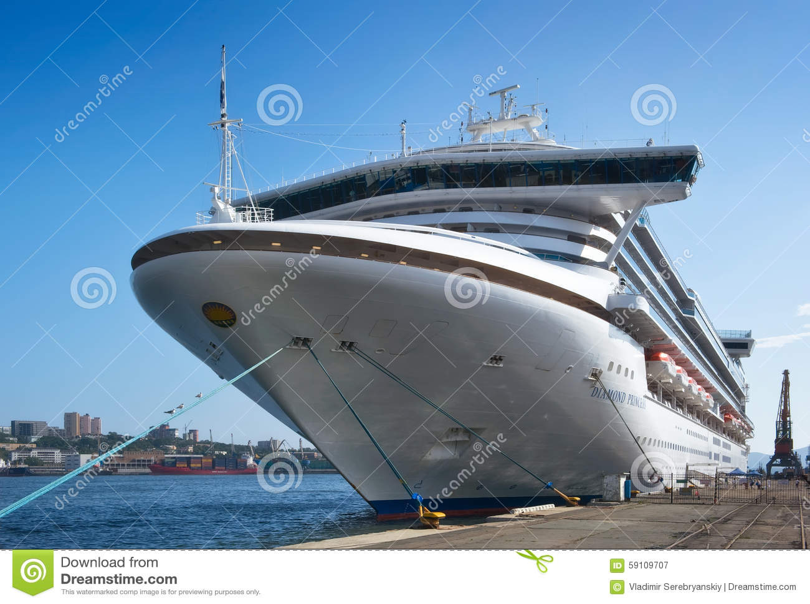 客船口岸的符拉迪沃斯托克金刚石公主 东部(日本)海 俄国 02 09 2015年