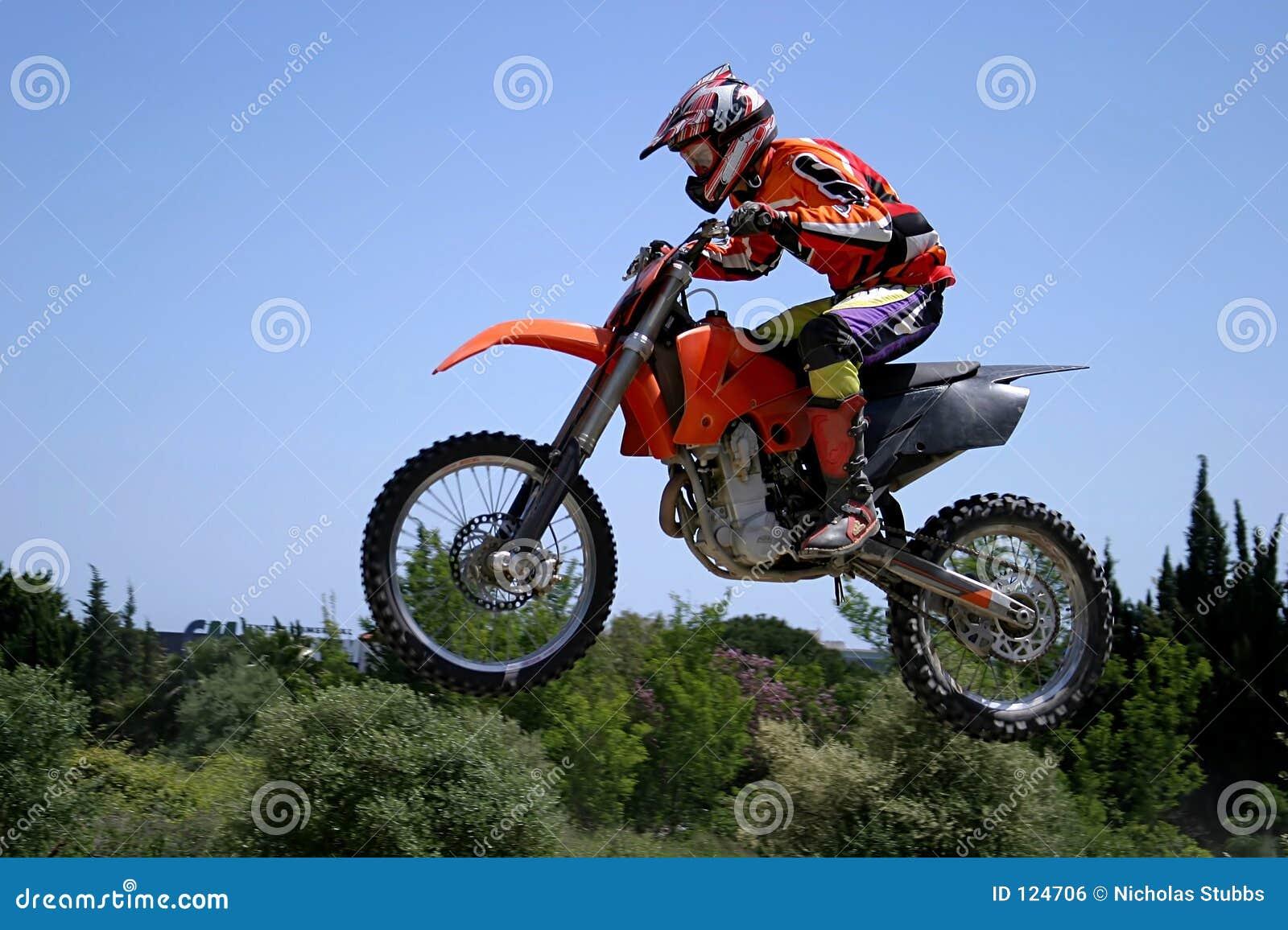 宣扬蓝色日热跳的moto摩托车天空晴朗的x