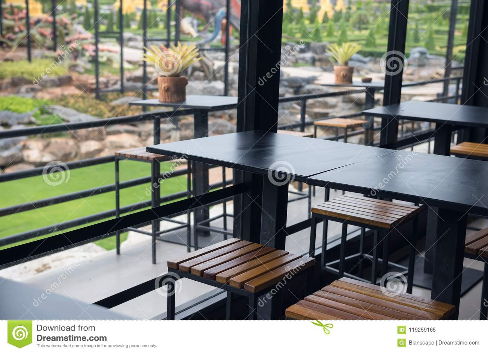室内和室外餐馆桌