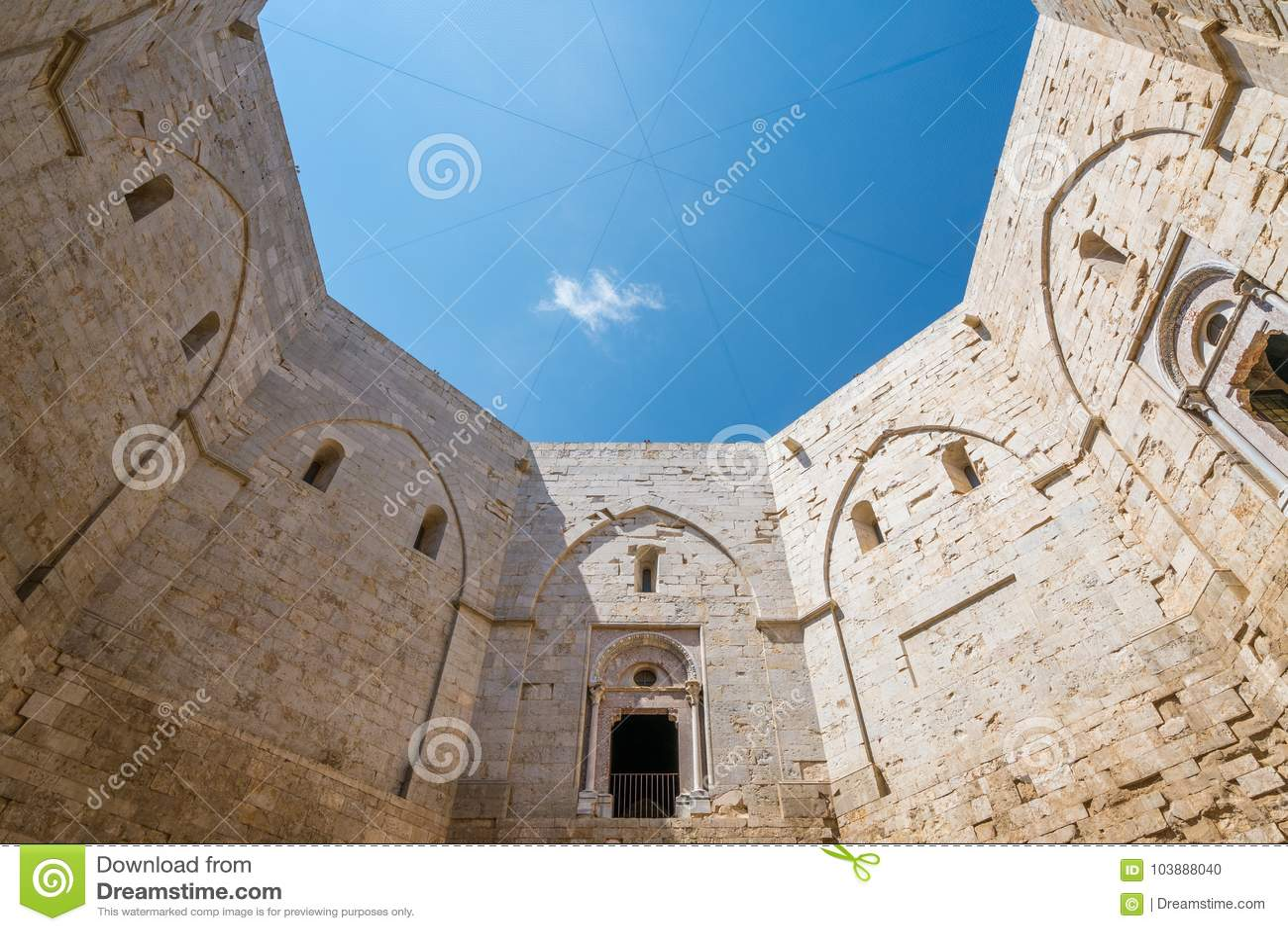 室内看法在Castel del Monte,著名中世纪堡垒在普利亚,南意大利