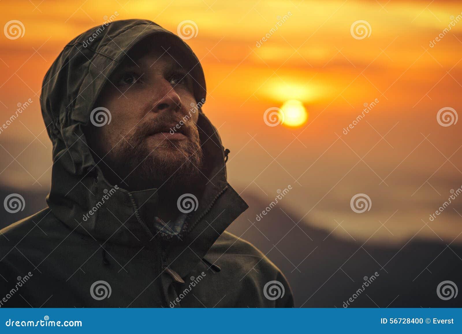 室外单独人旅客有胡子的面孔