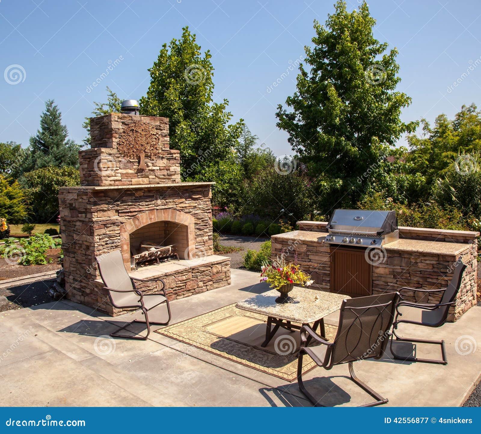 室外壁炉和厨房区域