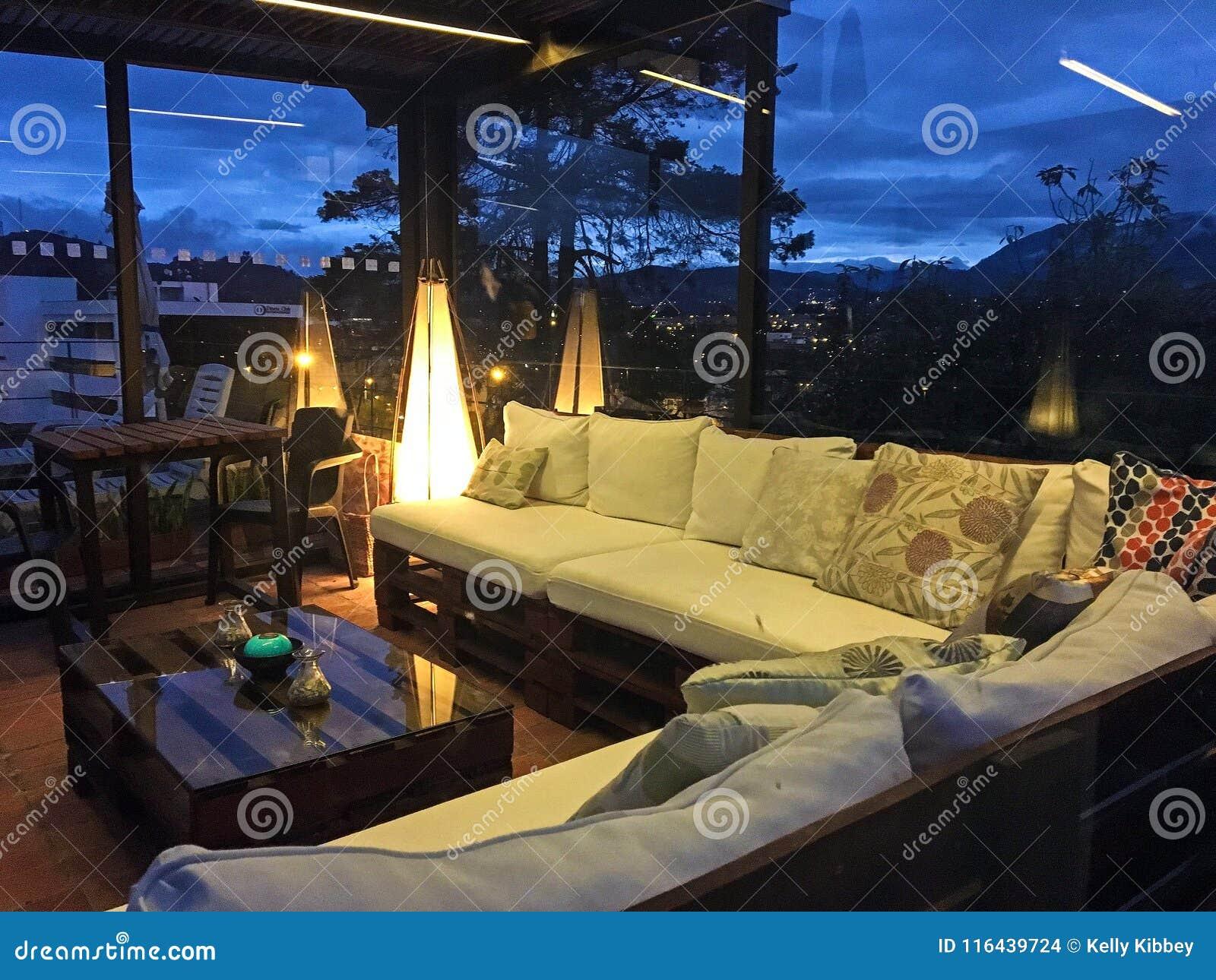 室外屋顶露台在晚上