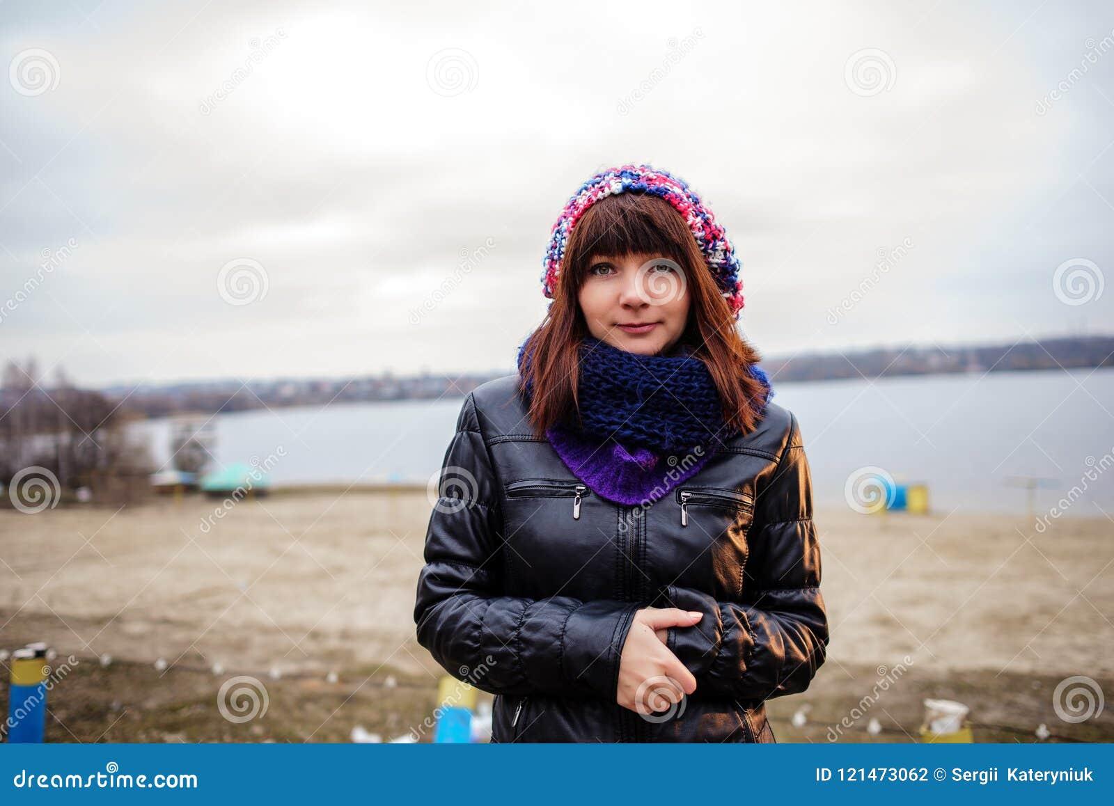 室外年轻美丽的妇女画象-站立在海边