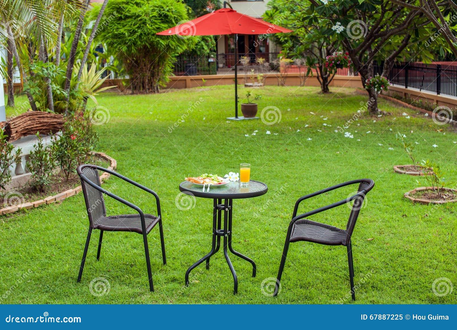 室外早餐在庭院里