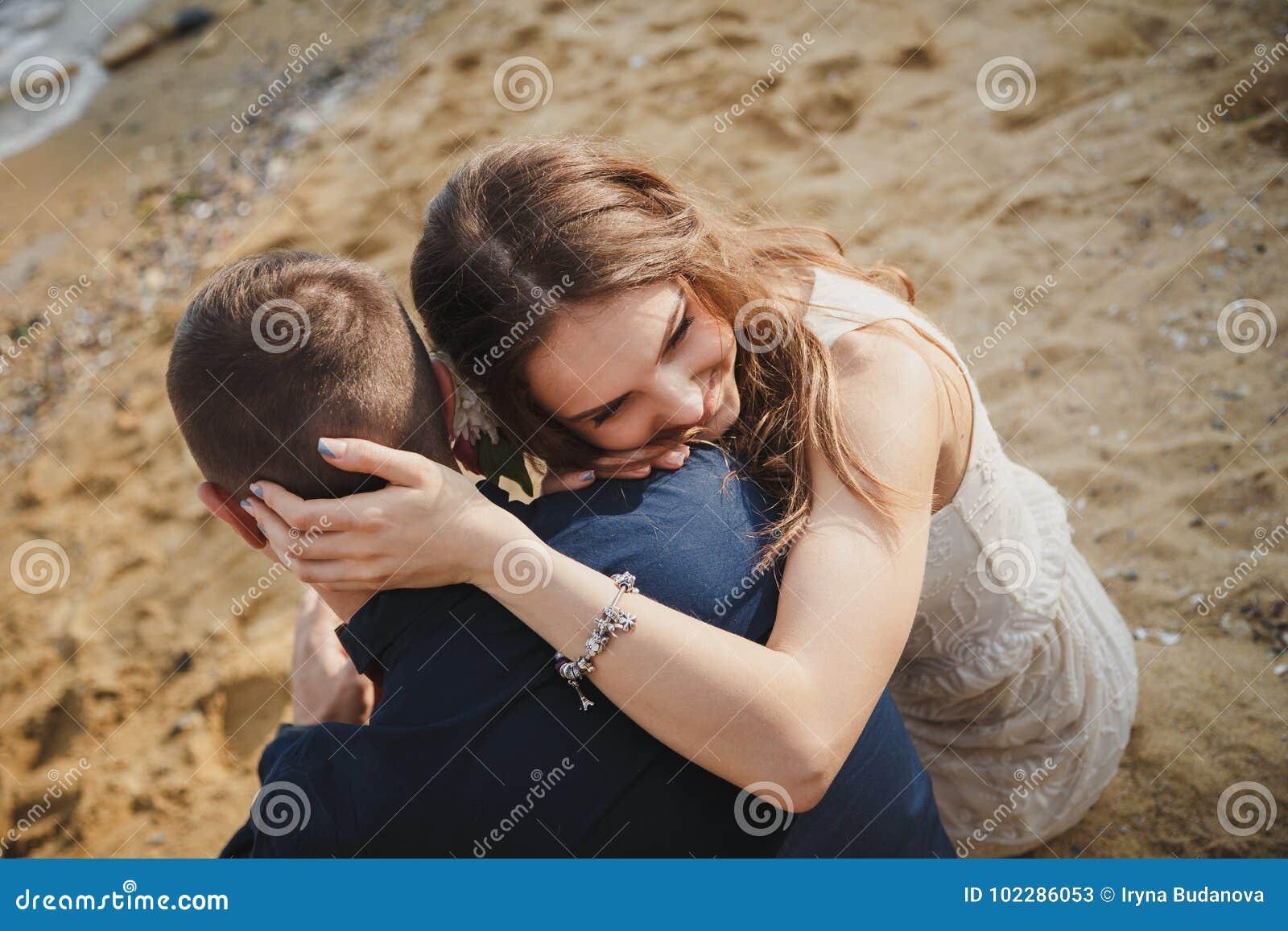 室外海滩婚礼仪式,一起关闭时髦的愉快的浪漫夫妇