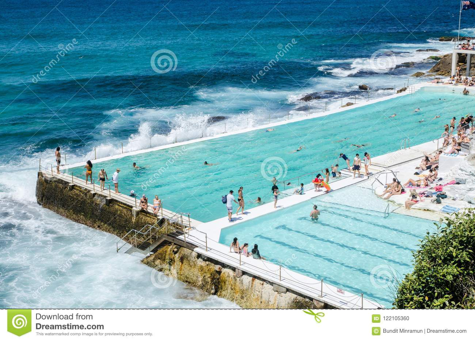 室外游泳池有在游泳俱乐部的Bondi冰山的美好的海景