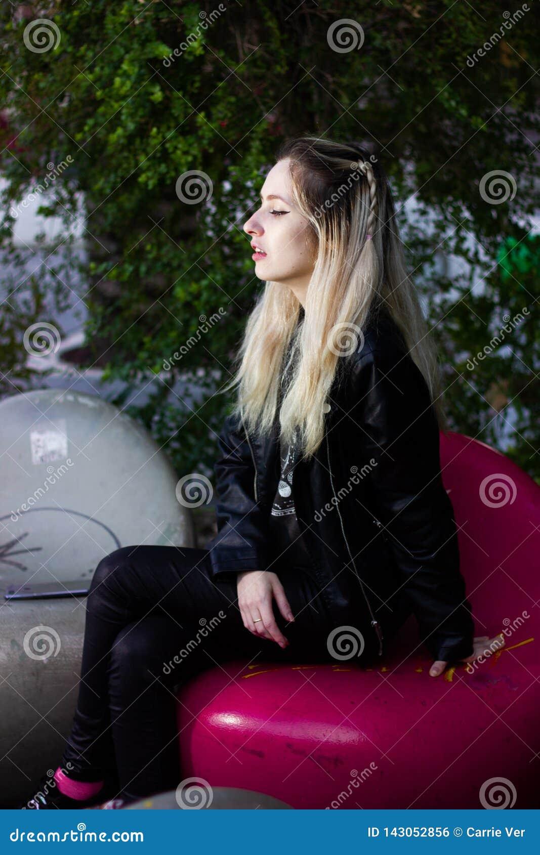 室外美丽的年轻白肤金发的夫人