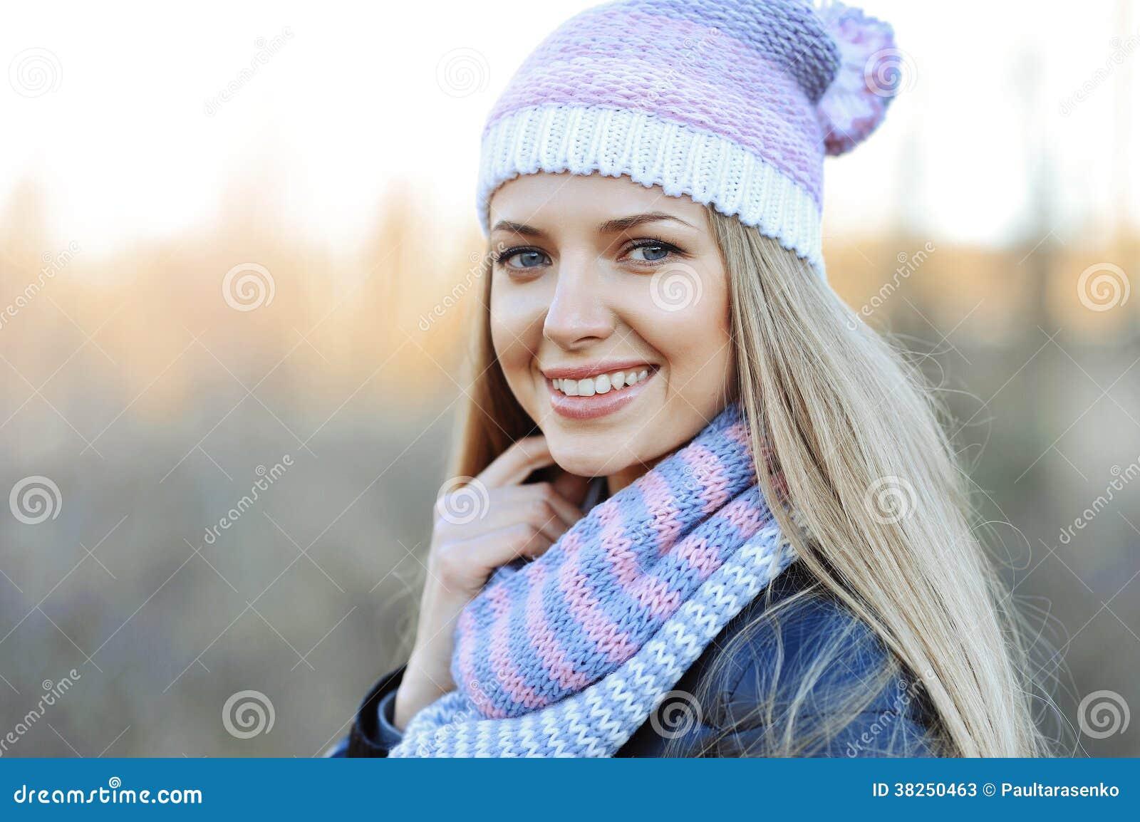 室外美丽的年轻肉欲的白肤金发的女孩