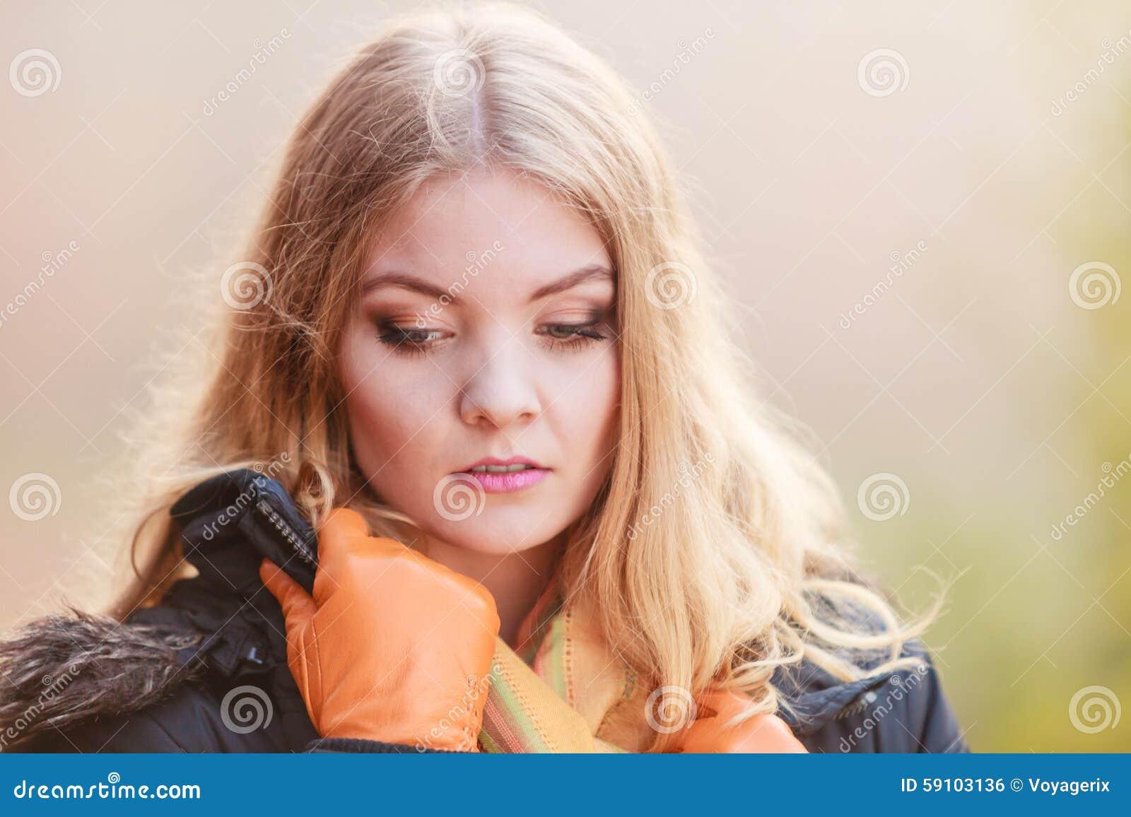 室外画象哀伤的可爱的妇女