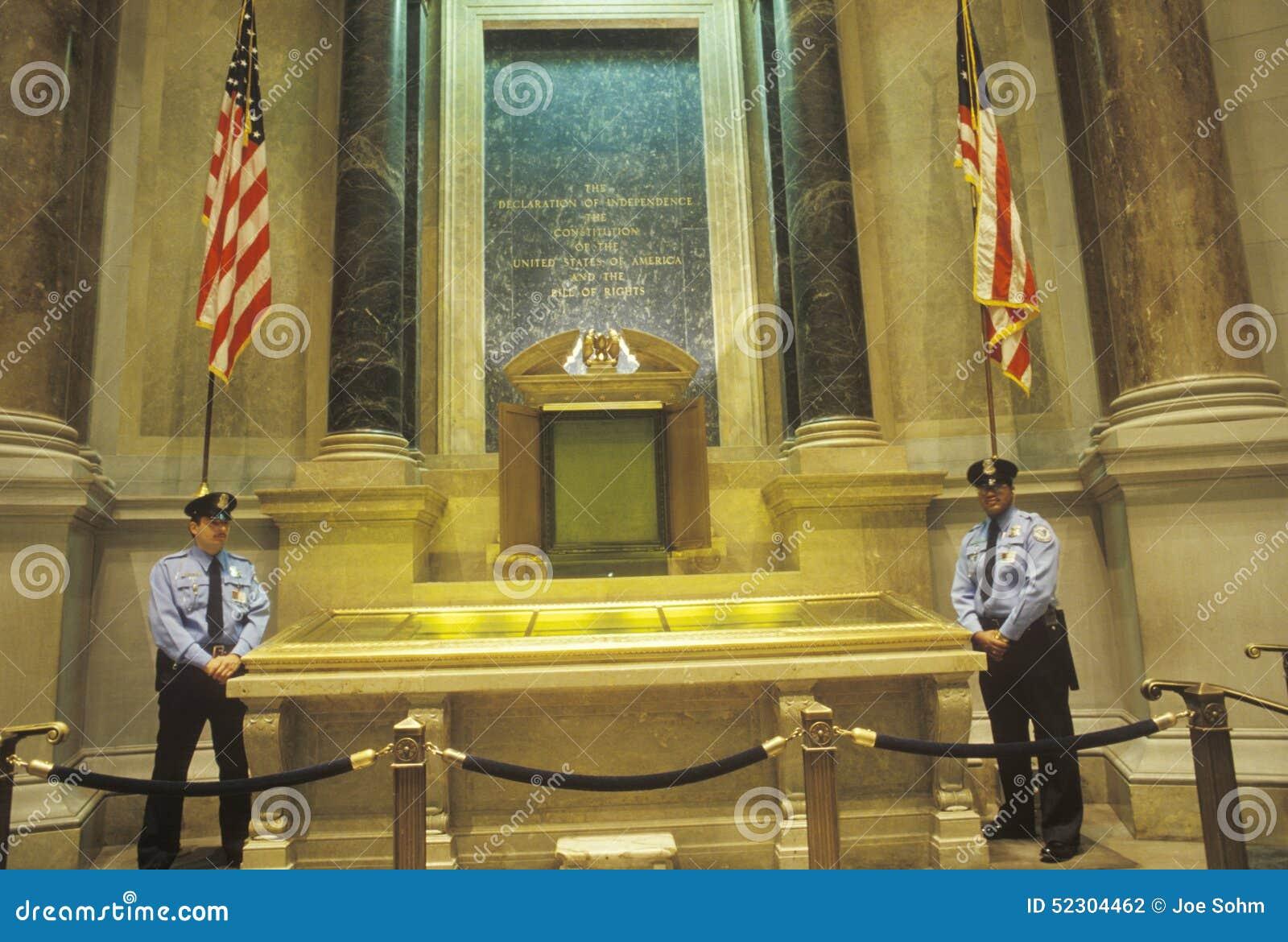 宪法和人权法案由Policemen,国家存档,华盛顿特区,守卫了 C