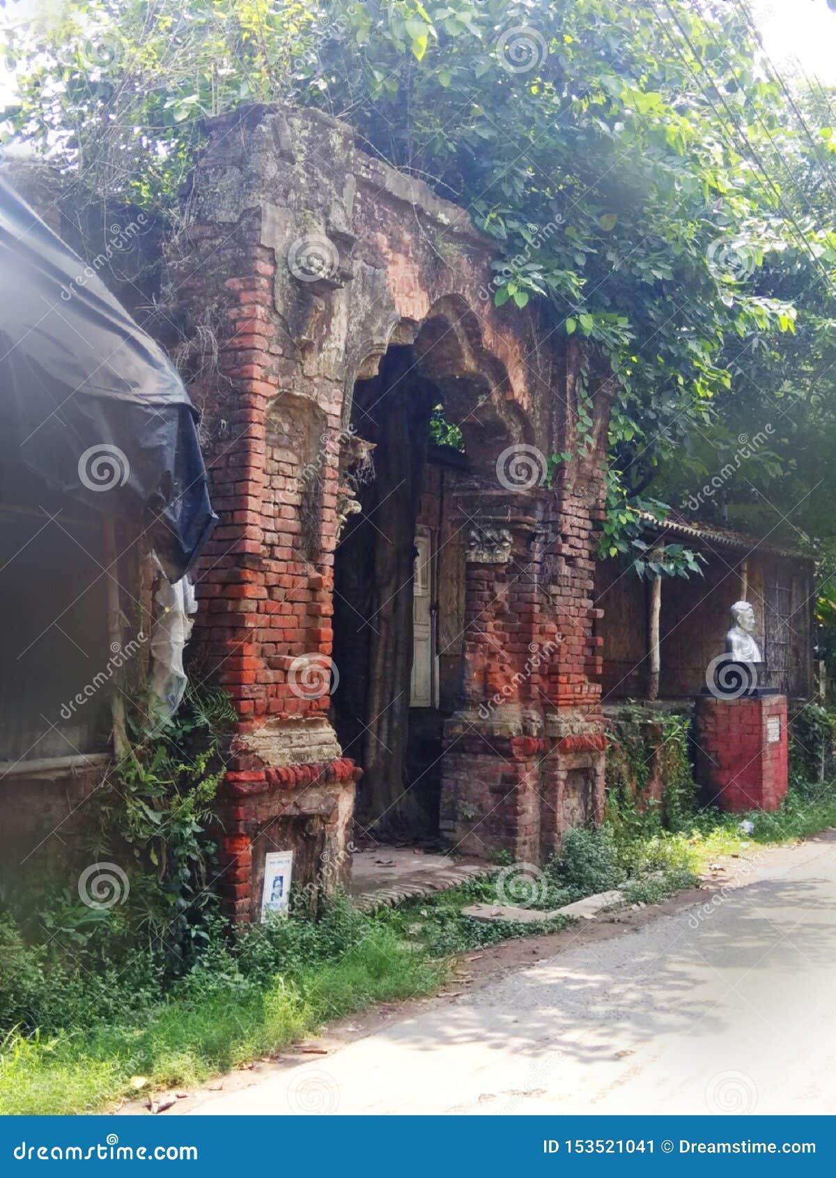 宫殿,Rajbari一被破坏的宫殿正门的正门,在印度,Harinavi,在白天