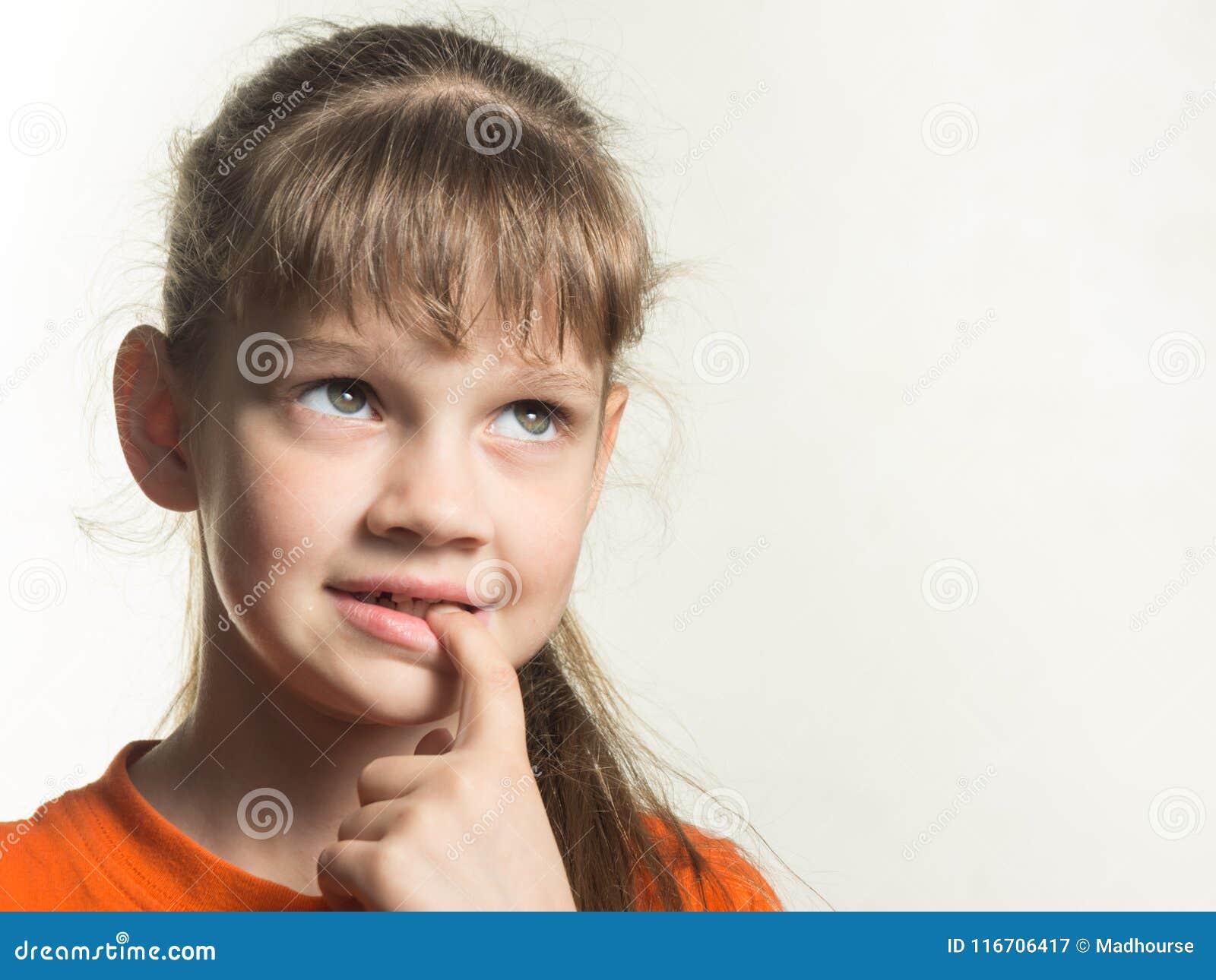 害羞的女孩画象有一个手指的在她的嘴,周道地查寻