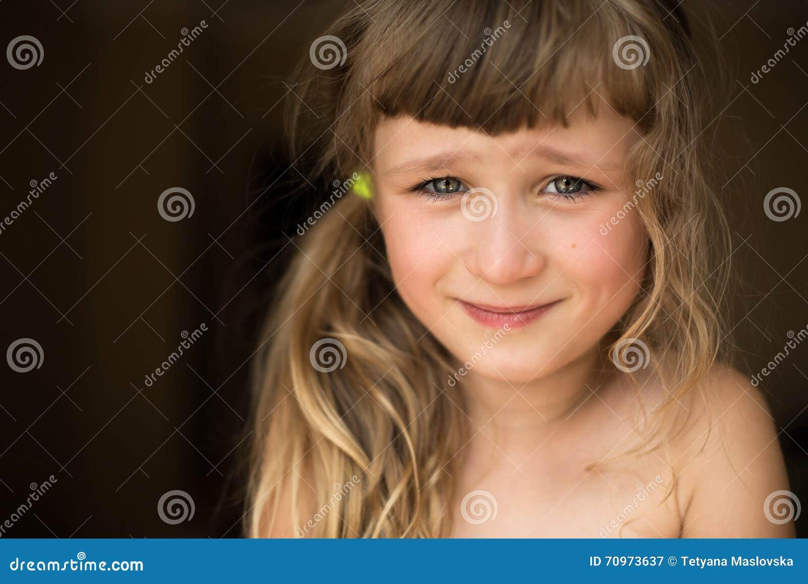 害羞的小女孩画象