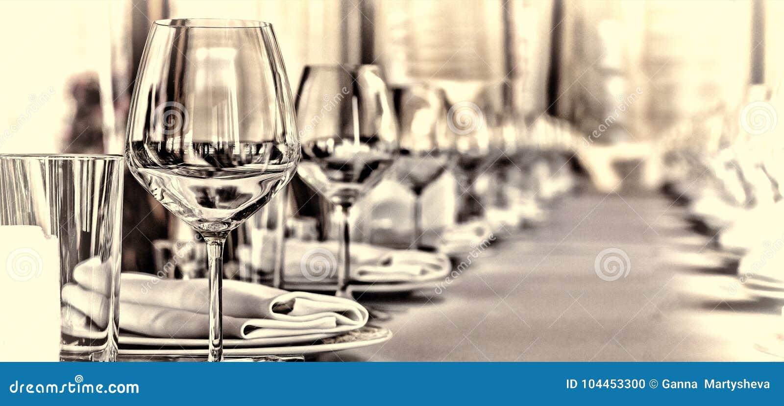 宴会大厅在餐馆 概念:服务 庆祝周年婚礼