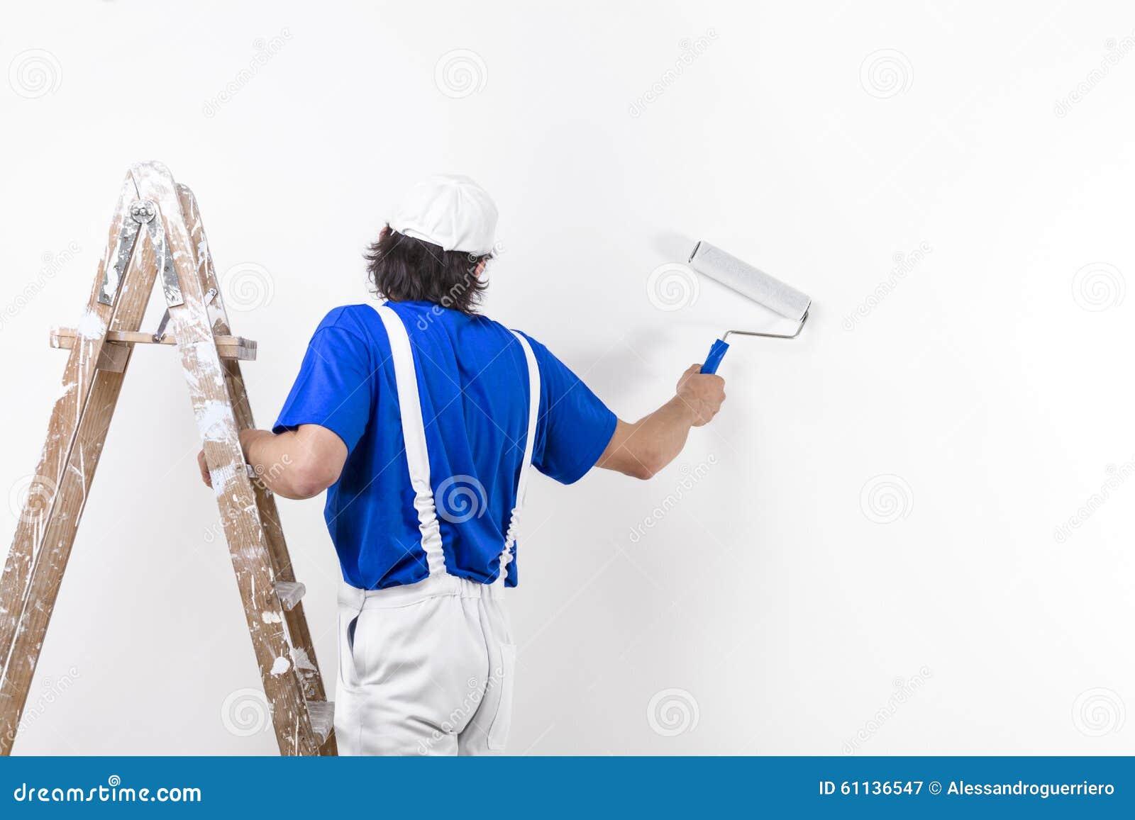 画家人在攀登葡萄酒木梯子和paintin的工作