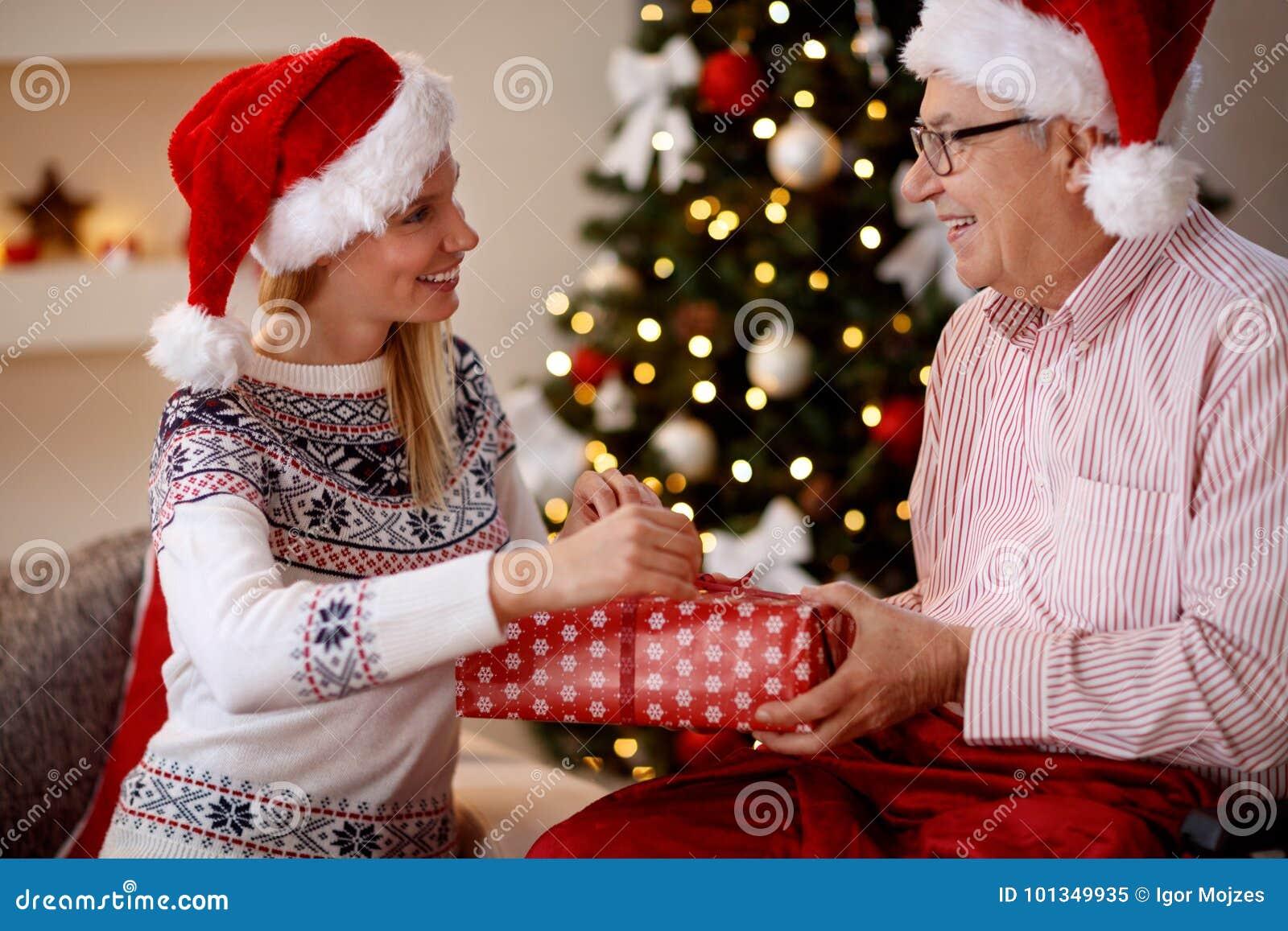 家庭、假日、圣诞节、年龄和人们-女儿和长辈