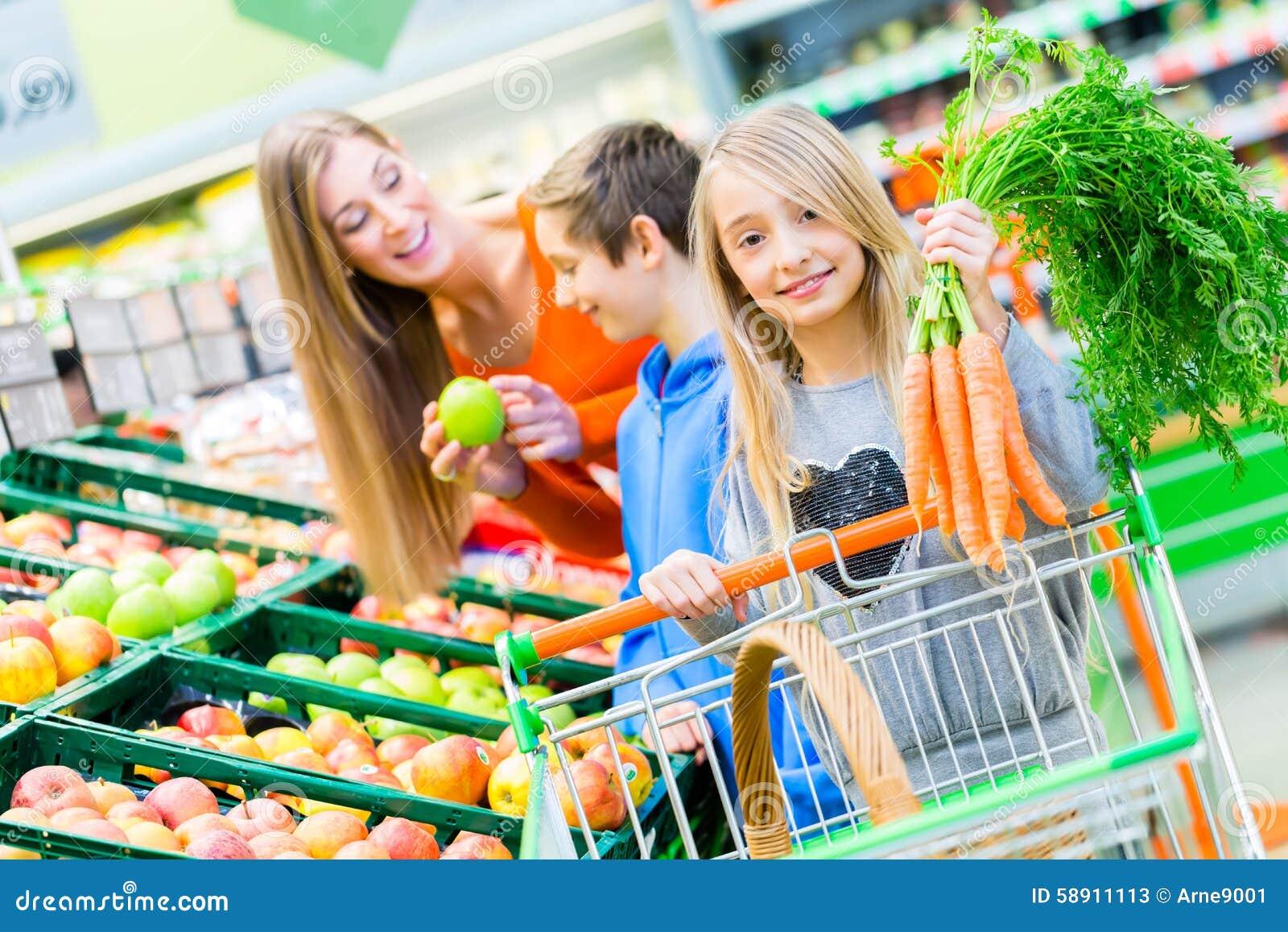 家庭买菜在大型超级市场
