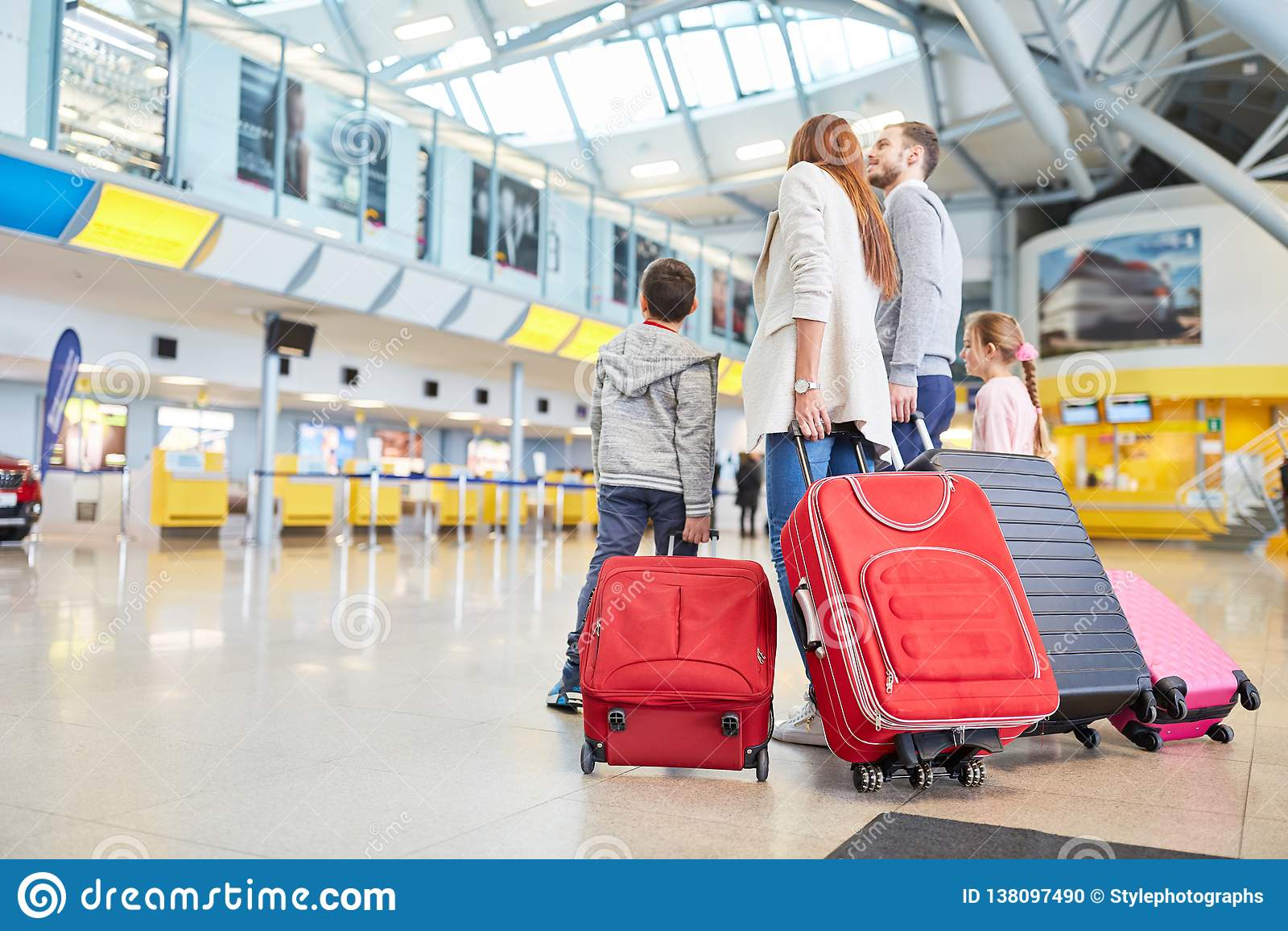 家庭和孩子在机场等待离开