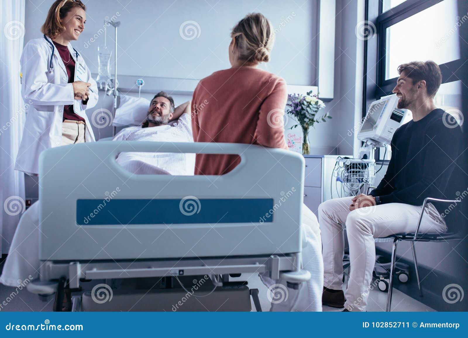 家庭和朋友参观耐心和谈话与医生