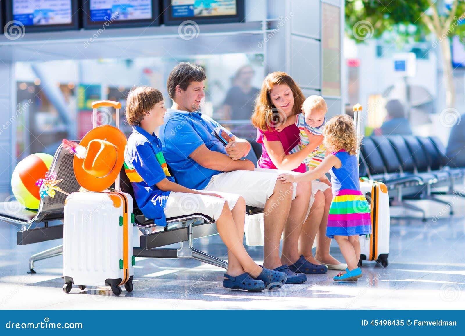 年轻家庭在机场