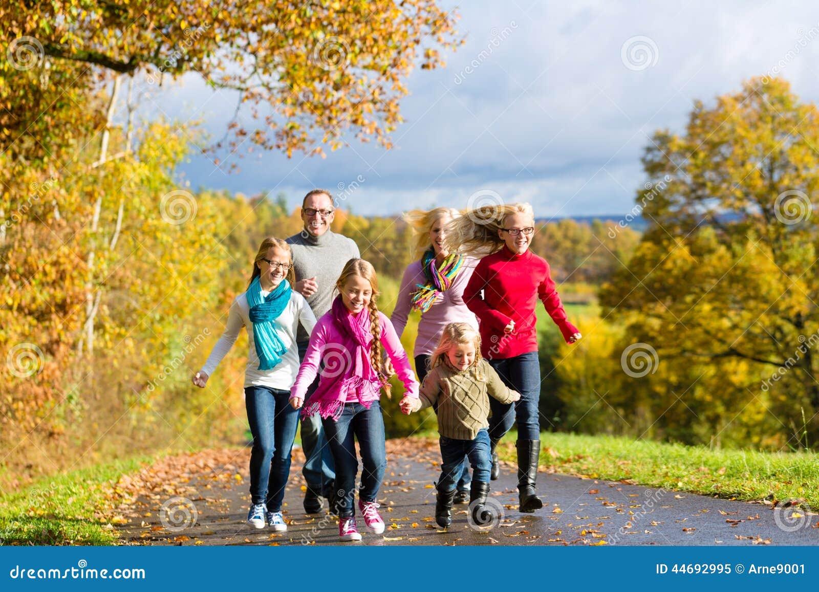 库存照片: 家庭在秋天森林里散步