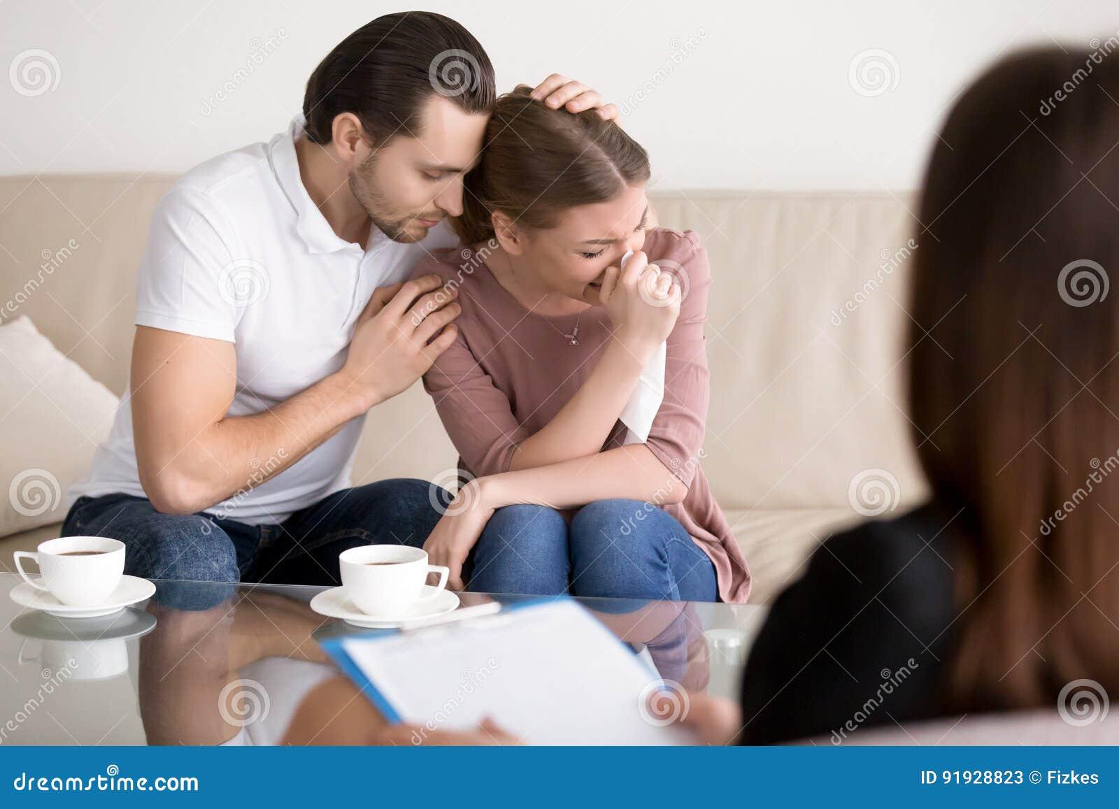 家庭夫妇建议 安慰哀伤的哭泣的妻子的丈夫在