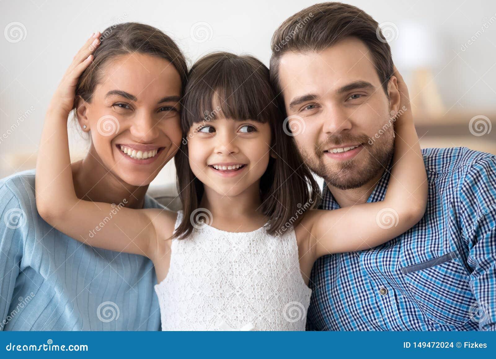 家庭家庭画象与小孩子拥抱摆在的