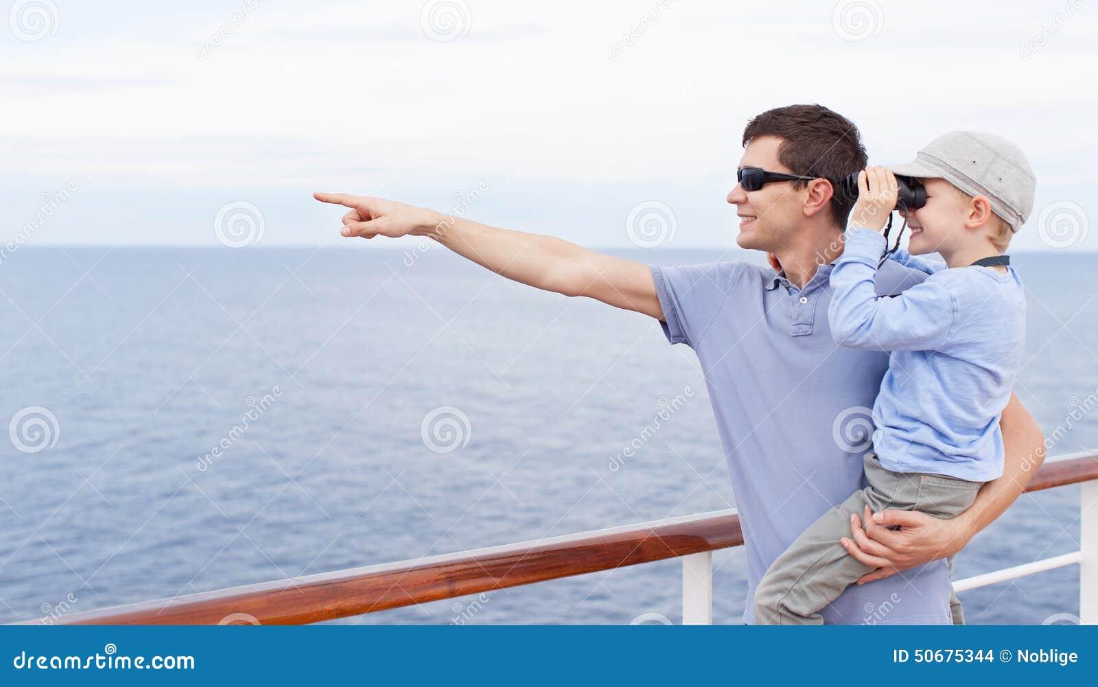 Download 家庭巡航 库存照片. 图片 包括有 父亲, 上尉, 愉快, 探险家, 男朋友, 海洋, 活动家, bink - 50675344