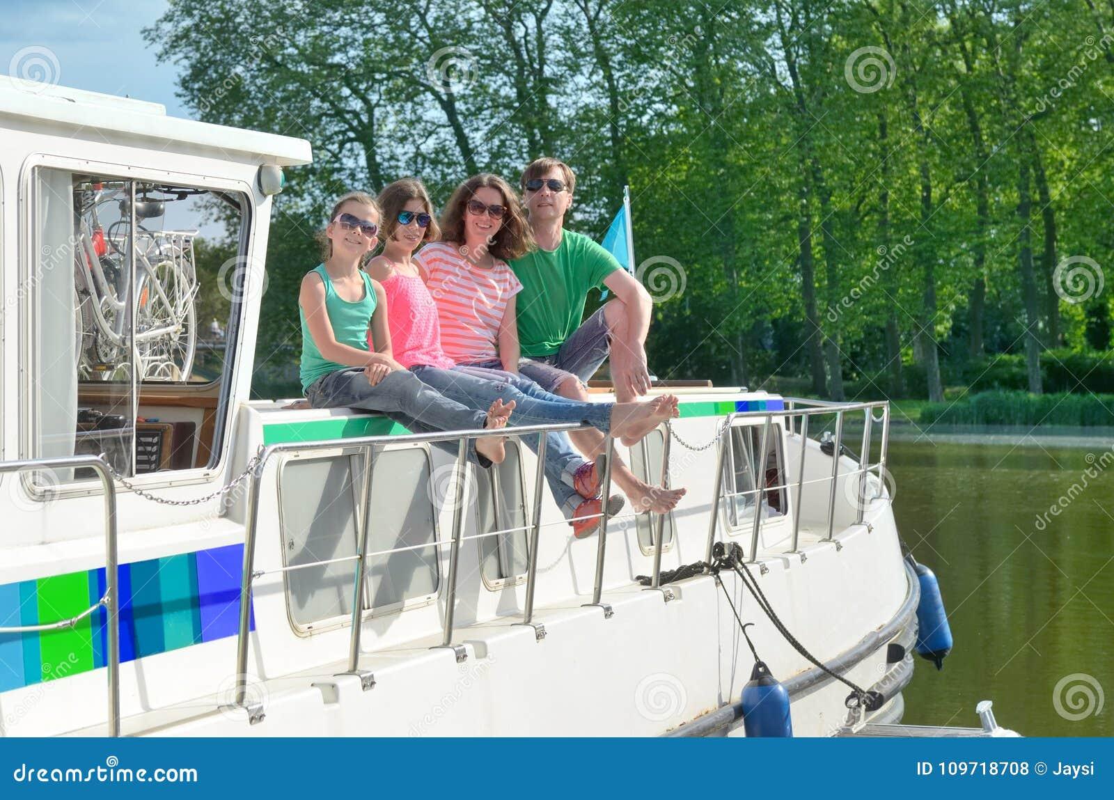 家庭度假、暑假旅行在驳船小船在运河,愉快的孩子和父母获得乐趣在河巡航旅行在居住船