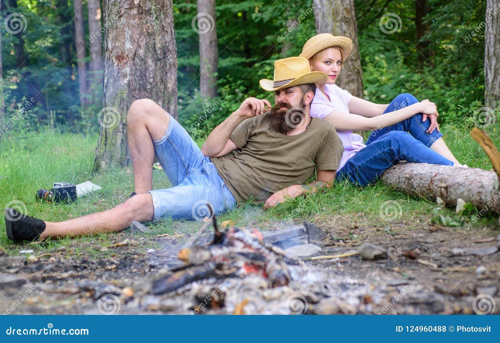家庭活动为暑假在森林和自然里 家庭松弛近的篝火在天蘑菇狩猎以后