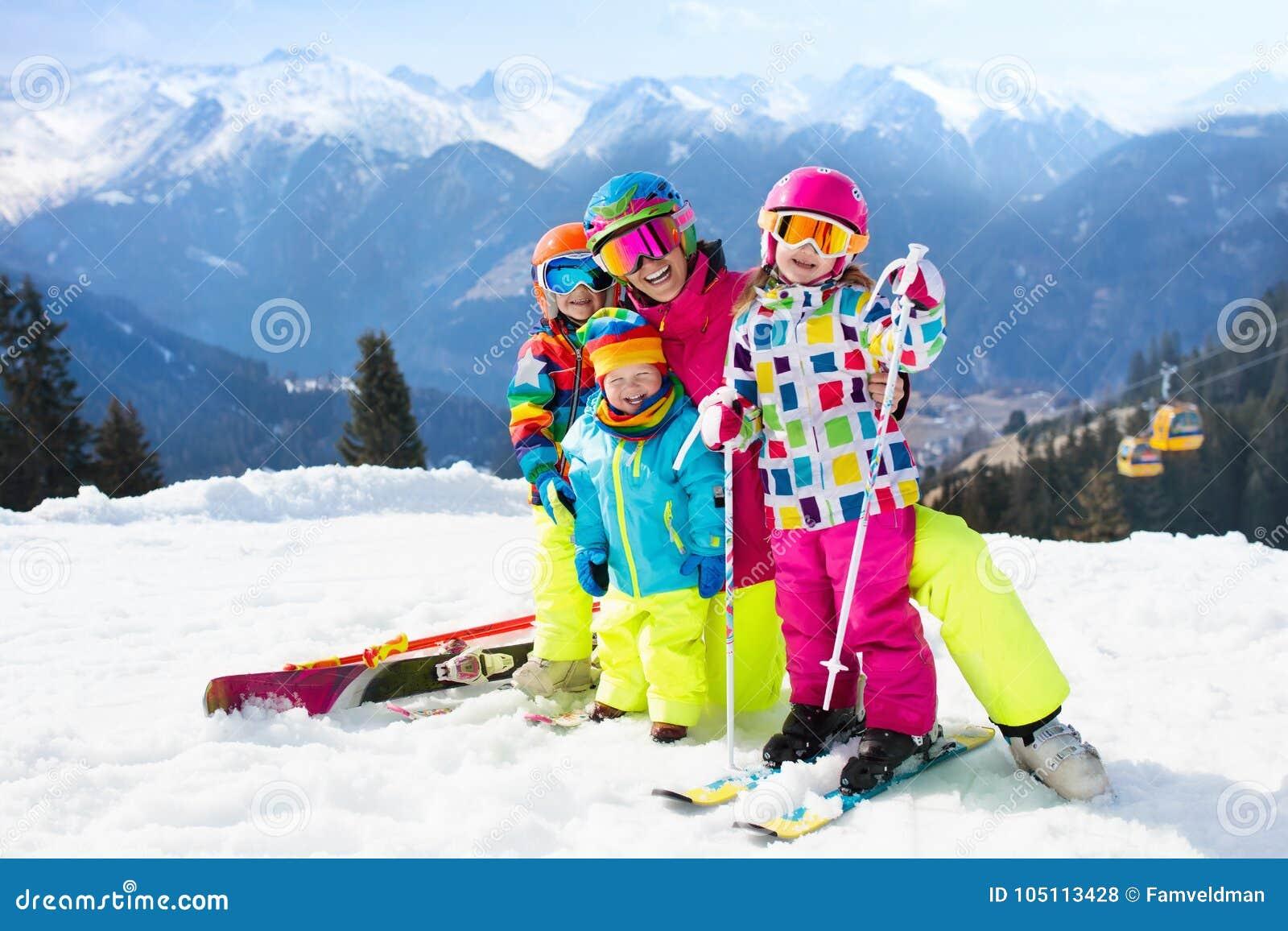 家庭滑雪假期 冬天孩子的雪体育