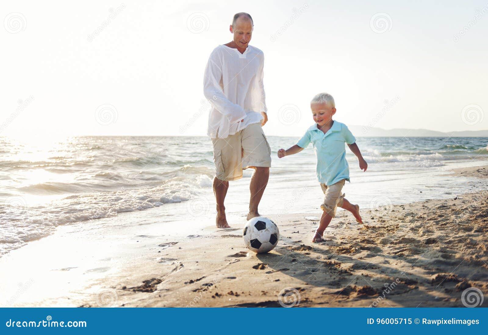 家庭演奏橄榄球统一性概念的父亲儿子