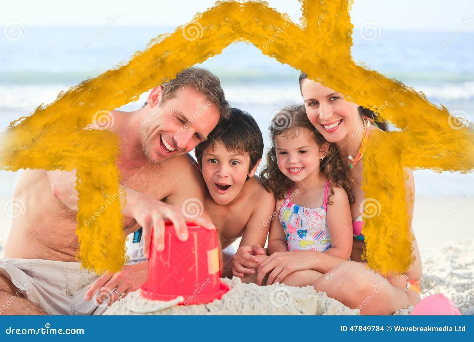 家庭的综合图象在海滩的