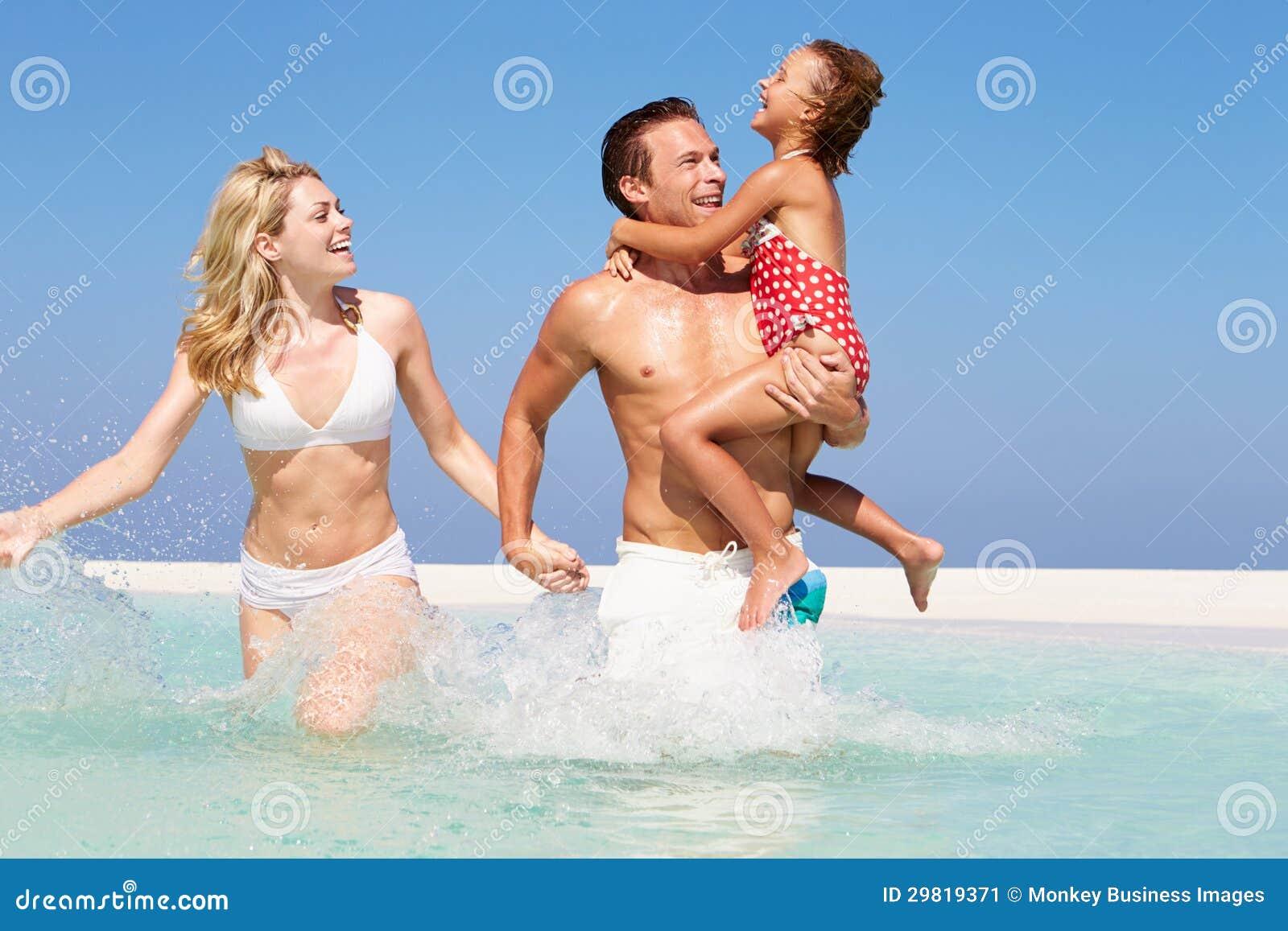 家庭获得乐趣在海滩假日的海